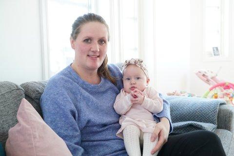 FORNØYDE: Catarina Indresand sier at både hun og Vega har fått mye ut av å være besøksbaby, og hun anbefaler andre til å bli besøksbaby.