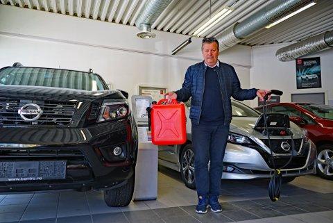 JA TAKK, BEGGE DELER: Trond Frantzen og hans BenTro Bil skor seg på salg av biler som både drikker flytende drivstoff og bruker elektrisitet.