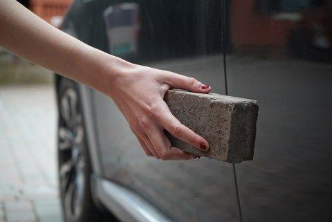 LA PÅ SPRANG: Kvinnen som skrapet opp bilene la på sprang da en beboer oppdaget henne, og løp etter. Illustrasjonsfoto: Odd-Georg H. Benjaminsen