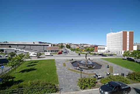 BRA HELG I SIKTE: Slik så det ut i Narvik sentrum tidlig fredag. Og det er mer bra vær i vente.