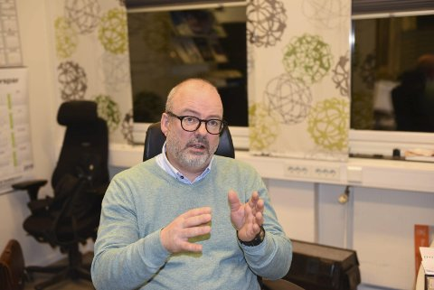 TAKKER: Stig Winther, styremedlem i Narvik hockey, er glad for at samarbeidspartnere ikke krever gratisinngang.