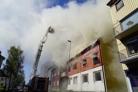 VOLDSOM: Slik så det ut da leilighetsbygget i Kirkegata ble totalskadd av brann i juni.