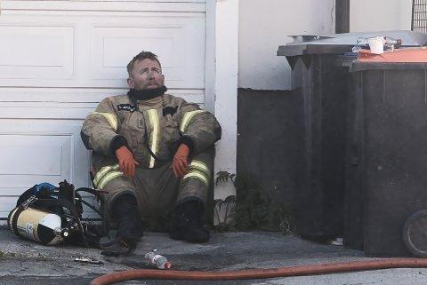 Stian Johansen tar en hvil under slokkingen av brannen i Kirkegata i Narvik.