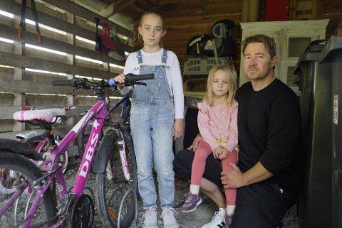 SYKKELTYVERI: Mens familien var på ferie, har noen stjålet eldstedatteren sin sykkel. Syklene til Mynthe (10) og Acelia (4) lot tyvene stå igjen.