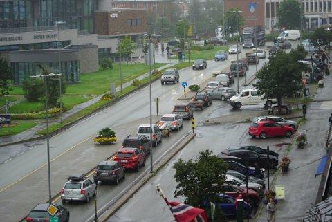 LAAAANG KØ: På det meste strakte køa seg fra Fagernestunnelen, gjennom sentrum og helt til Bentro bil.  En strekning på 2,7 kilometer.