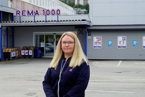 KUNDENE UTEBLIR: Rosita Nilsen ved Rema 1000 Rombaksveien opplever at over halvparten av kundene er borte etter at anleggsarbeidet ved krysset til Teknologiveien startet opp i forrige uke.