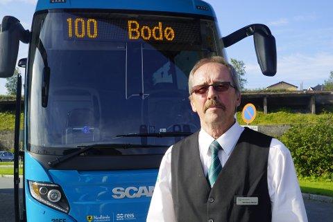 FRYKTER FORINKELSER: Bussjåfør Odd Steinar Mensen frykter forsinkelser og lang ventetid for passasjerer etter at de vanlige fergetidene på strekningen Skarberget-Bognes blir endret fra 1. september.