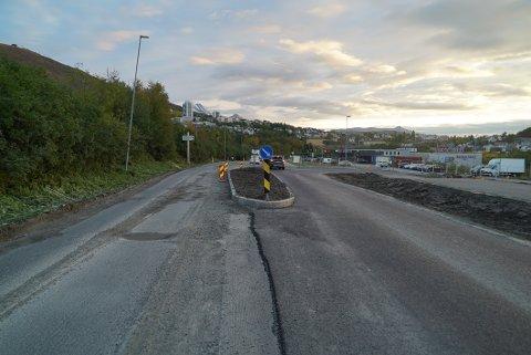 FERDIG: Første del av veiarbeidet på Rombaksveien er ferdig, men fra mandag starter arbeidet opp igjen med arbeidssikring og lysregulering.