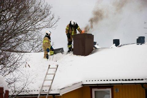RYKKET UT: Mandag måtte brannvesenet trå til og slokke en pipebrann i Hagabakken. (Bildet er tatt i forbindelse med en tidligere pipebrann i Falsens gate.)