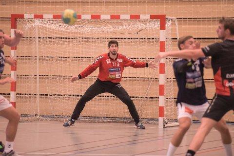 KOLLISJON: Zivojin Illic knakk målet i Skedsmohallen da han kolliderte med det under eliteseriekampen mellom Falk og Lillestrøm. Keeperen kom fra sammenstøtet uten alvorlige skader.