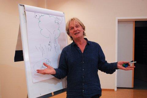 GLEDER SEG: Johannes Joner skal være forteller under forestillingen Peter og Ulven.