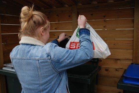 RIMELIGERE: Nå kan du kaste søpla og samtidig glede deg over at avgiftene til kommunen i år er rimeligere enn i fjor.
