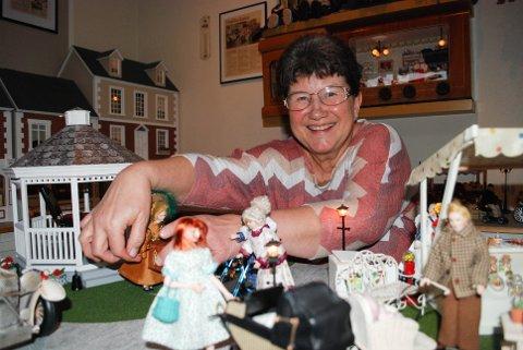 MINIATYRBY: Hilde Talgø har alltid vært glad i dukker. Med årene har den lille byen hennes vokst seg større.