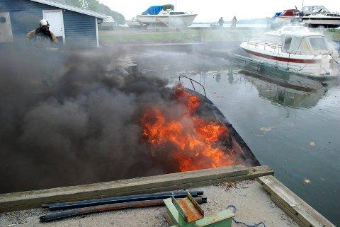 GIFTIG RØYK: To båter brant ved Steinbrygga på Borre. Giftig, svart røyk la seg over båthavna.
