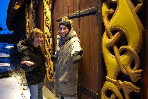 I VIKINGFESTHUMØR: Christina Leverkus (til venstre) og Maren Wegge ved Midgard vikingsenter håper å ønske opp mot 200 gjester velkommen til inspirasjonsfest på nyåret.
