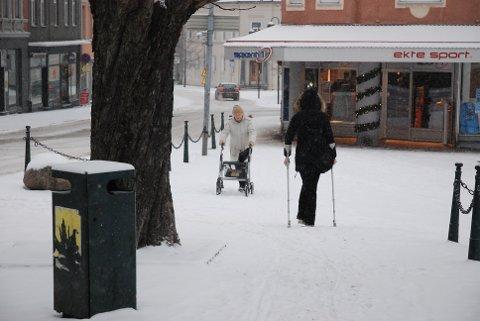 """UPRAKTISK: Snø, is, krykker og gåstol er en dårlig kombinasjon, og legevakta melder om """"knall og fall overalt""""."""