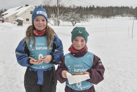 Å ANBEFALE: Mie (t.v.) og Ulrikke gikk god for vaflene i kiosken under poenglangrennet på Nykirke.