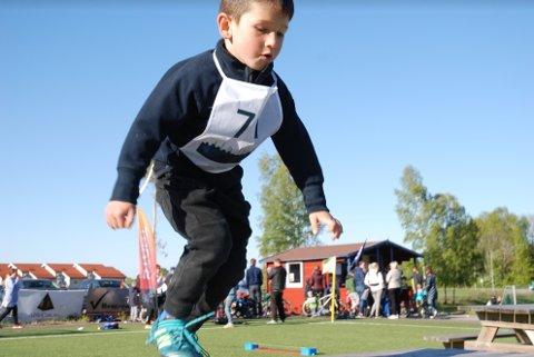 HOPPING: Aktivitetsdagen i Åsgårdstrand byr på mange utfordringer, som hopping. Her fra tilsvarende arrangement i våres.