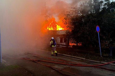 Huset står i full fyr og politiet ber folk holde seg unna brannstedet.
