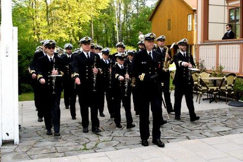 STILIG: Alltid ekstra trøkk i 17. maifeiringen i Horten når Marinemusikken er med. Det bli de i år også, men litt annerledes enn tidligere. Dette bildet er fra fjorårets nasjonaldag.