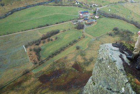 Fjellet i Maudal er kjent blant basehoppere. Her er stedet de pleier å hoppe fra. I bakgrunnen ser en Nedre Maudal (arkivfoto).