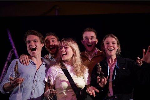 Malene Wadel, i midten, har sammen med medstudenter fra universitetet startet et teaterkompani kalt Pangea Produksjoner. I helgen vant de tre priser i Oslo på scenekunst festival.