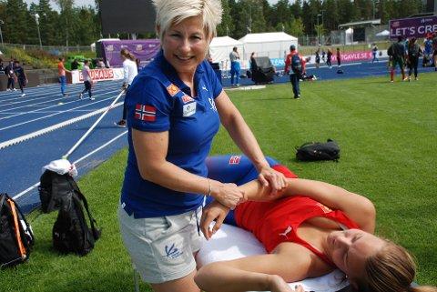 EM-BEKYMRING: Manuellterapeut Reidun Enehaug gjør det hun kan for å behandle Birgitte Kjuus' smerter i håndleddet foran sommerens viktigste konkurranse.
