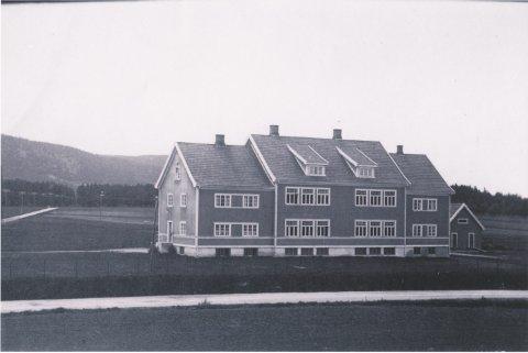 HISTORISK: I 53 år var dette skolehuset på Skarnes. Den snart 100 år gamle bygningen er nå fylt med ungdomsaktiviteter. Bildet er trolig tatt rett etter åpningen i 1924. (Foto tilhører Sør-Odal slekts- og historielag)