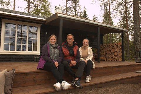 Kristine Mellem (33) f.v., Halvor Bakke og Mari Haagenrud (23) foran hytta på Tannsjøen i Nord-Odal.