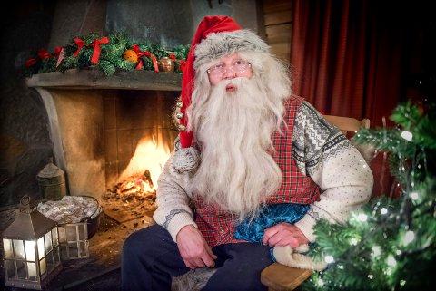 JULENISSEN: På Savalen i Østerdalen sitter julenissen ved peisen og slapper av før julestria begynner for alvor. Han har det travelt på julekveld, hvordan han klarer å besøke så mange barn på en kveld er et lite under.