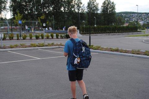 Marius Christoffer Bekkesletten (11) mener at det aller beste med Pokemon Go er at man kommer seg ut i naturen.