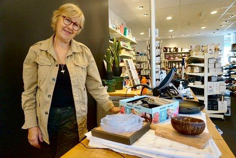 I VINDEN: Lise Helgestad eier og driver Traktøren i Nygaardsgata. Hun viser FB hva kundene ønsker seg på kjøkkenet om dagen – som for eksempel skåler av kokosnøtter, miljøvennlige lokk og drinkutstyr.