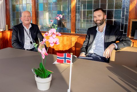 AVTALE: Pål Eskås, konserndirektør i Amedia (til v), sammen med Magne Nordgård, konserdirektør i Hamar Media