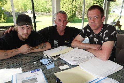 MYE JOBB: Arne Roger Mobakk, i midten, i gang med omfattende papirarbeid sammen med to av de ansatte, Jimmy Olsen, til venstre, og Sten Bru.