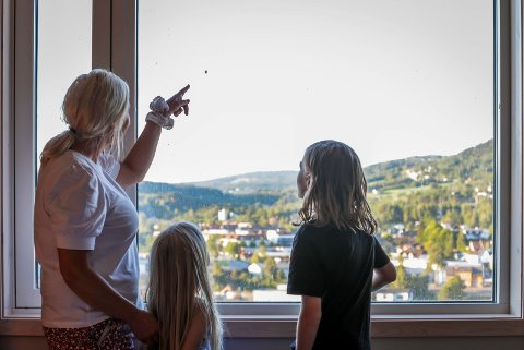 INGEN FÅR ÅPNE VINDUENE: Hele familien har edderkoppskrekk, og i natt får ingen lov til å åpne vinduene. Fra venstre: Ramona Granli, Sunniva Granli Trondsen og Theodor Flaten Trondsen. Se flere bilder i bildekarusellen.