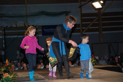 Motevisning: De tre yngste på catwalken, Leah Isabelle, Nomi og Colin, fikk god hjelp av Bjørg Helene Kolås.Begge foto: Ole Magnus Røen