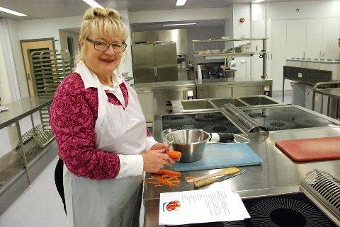 – MORSOMT: – Dette har vært en morsom dag, sier Sylvia Tvedt, som her lager grønnsakburgere.