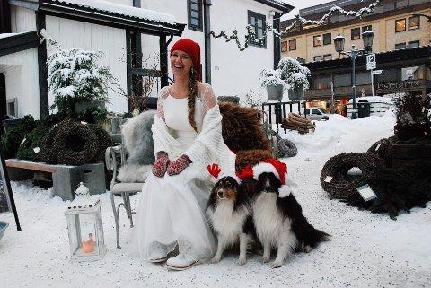 JULEBRUD: Nisselue og bladvotter til kjole fra Sandoni og sjal fra Poirier. Vinterskoletter av merket Kristina fra Ten Points og Hilroy. Skomakerhundene Balder og Birk har også pyntet seg til jul.