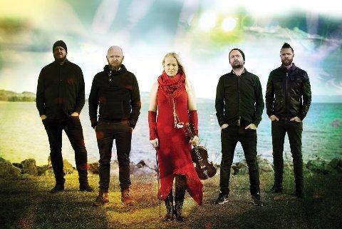 MED BAND: Martine Kraft flankert av sine musikere Freddy Wike, Stig Enger, Jon Karlsen og ektefellen Nils Jørgen Nygaard Kraft.