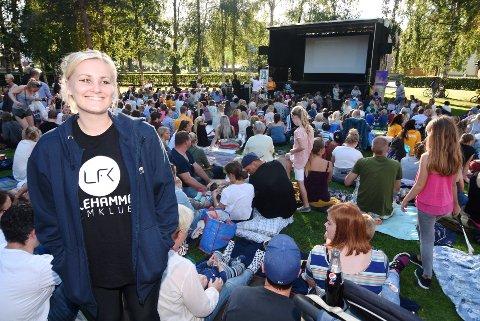 UTEKINO: Kristine Tingvik Aas fra Lillehammer filmklubb var godt fornøyd med oppmøtet på utekinoen.Foto: Knut Storvik