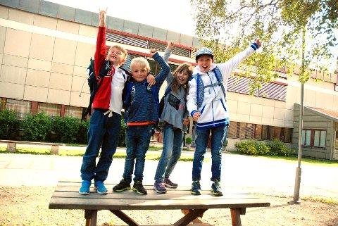 HURRA FOR FØRSTE SKOLEDAG: F.v. Anton Forfang Jensløkken (6), Thorvald Strandeng Kval (5), Anastasiya Lebedeva (9) og Ole Kristian Berg (9).Begge foto: Karin Doseth