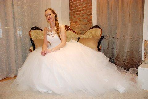 MODELL: Elisabeth Rud er vordende brud. Her i en kjole fra La Sposa.