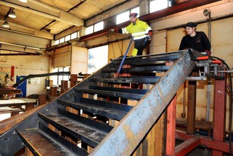 Wojciech Osial og Nikolai Hjellet hos Lonbakken på Otta i ferd med å ferdigstille nok en trapp til det nye Munchmuseet i Bjørvika i Oslo. – Et prestisjeprosjekt for oss, sier daglig leder Bjørn Lonbakken.