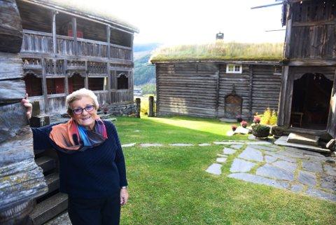 Liv Mari Harildstad i tunet på Søre Harildstad i Heidal. Her er det gjort betydelig restaureringsarbeid de siste årene. Tunet ble fredet i 1923.