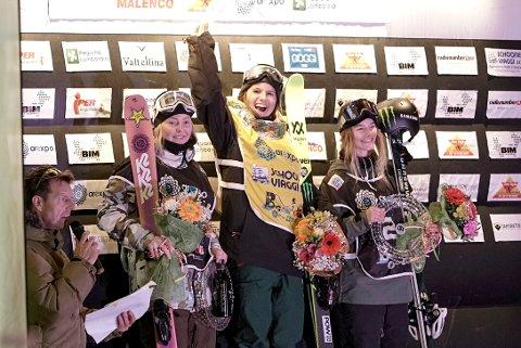 Johanne Killi (t.v.) ble nummer to i Milano. Her med vinneren Coline Ballet Baz og Giulia Tanno. Foto: Norges Skiforbund