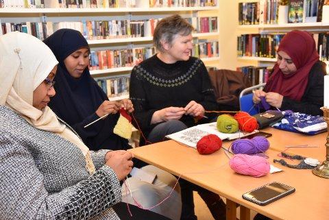 Innvndrerkv8inner i Øyer *** Local Caption *** IVRIGE: Nasiba fra Sudan, Nayrus fra Somalia og syriske Aziza får god instruksjon av Marit Grue Blæsterdalen til å mestre strikkekunsten.