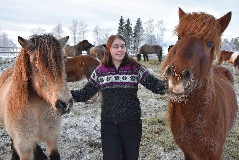 VENN: Maria Faye sammen med to av sine hestevenner, Saga og Yrpa.