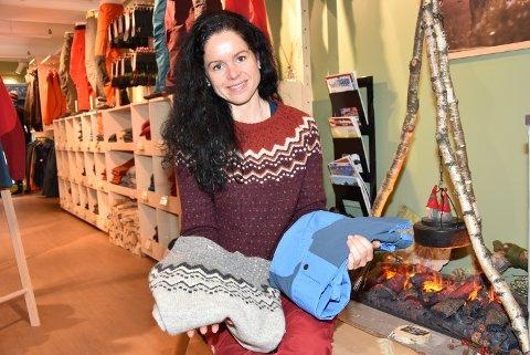 MOTSATT: Gensere og bukser er varer som selges godt på nett, forteller butikksjef Lene Arnestad  i Fjellshop i Storgata.