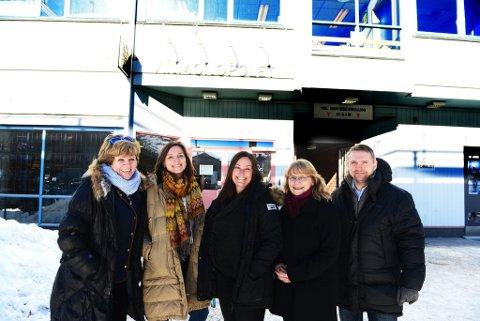 Leder for frivillighetssentralen, Kari Solberg, virksomhetslederne  Kristin Kalbakk og Jertru Stallvik, rådmann Kaija Drønen og næringssjef Torfinn Stenersen foran de nye lokalene til Sel kommune i Otta sentrum.