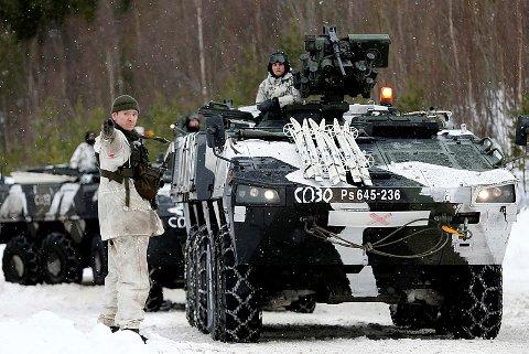 NATO-INVASJON: Mellom 35.000 og 50.000 soldater fra 30 land kommer til Norge i forbindelse med Natos store militærøvelse «Trident Juncture 18». Hvilke øvingsområder som er aktuelle for landstyrkene er ikke avklart ennå. Men det er allerede klart at Cyberforsvaret på Jørstadmoen vil spille en nøkkelrolle i øvelsen. Bildet er hentet fra øvelsen «Cold response 2016». Begge foto: Forsvaret